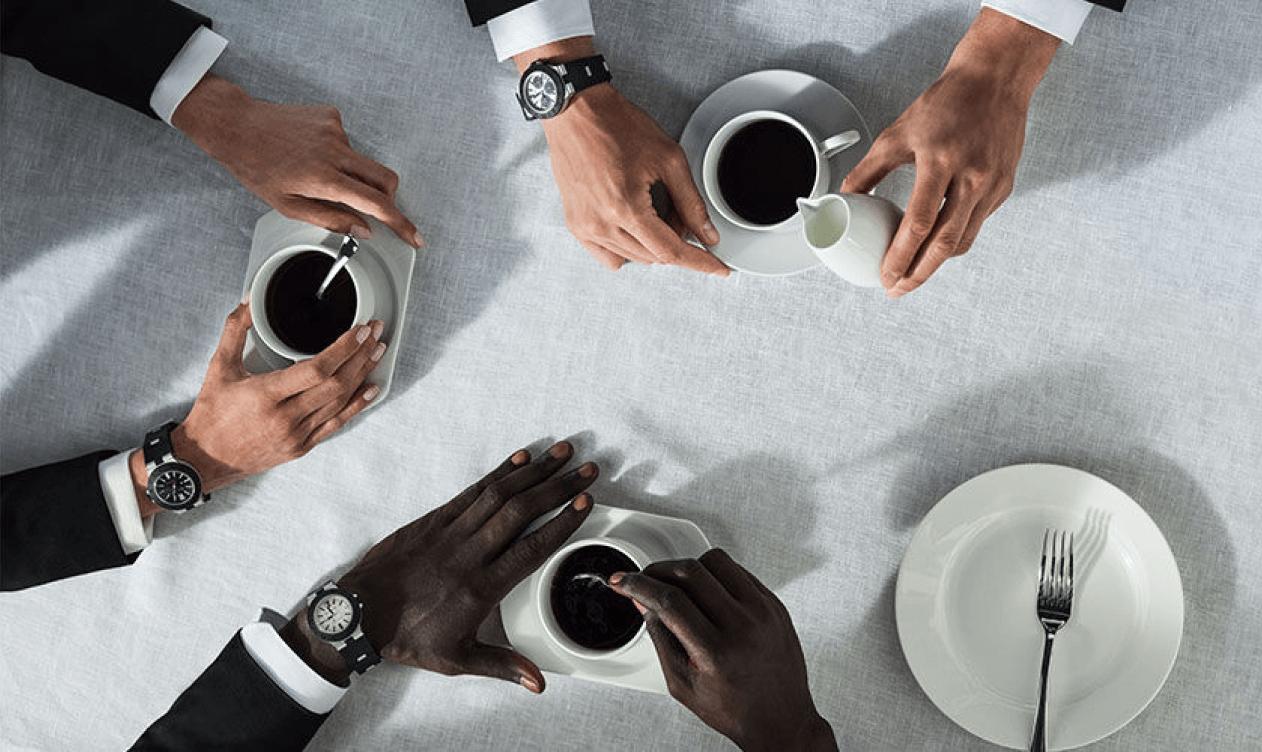 Personas usando relojes